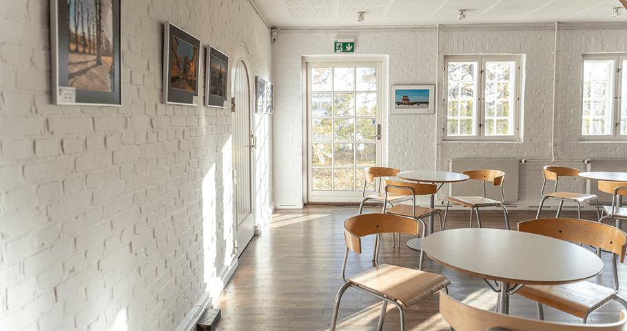 Husets café med smukt lysindfald gennem de sprossede vinduer. Foto: Kenneth Jensen.