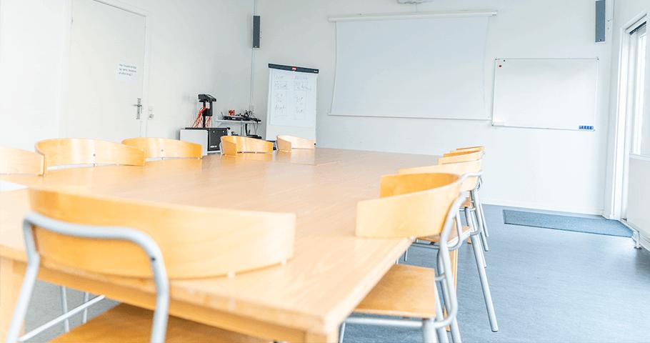 Store mødelokale med bord, stole og AV-midler. Foto: Kenneth Jensen.